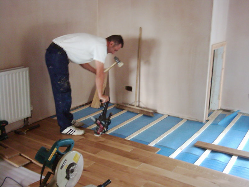 Laminate flooring how to prevent gaps in laminate flooring for Laying flooring